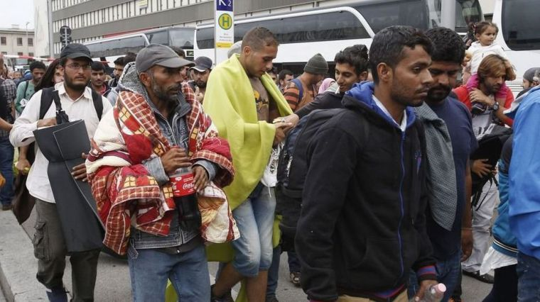 La inteligencia austriaca asegura que Estados Unidos paga a las mafias por inundar Europa de refugiados