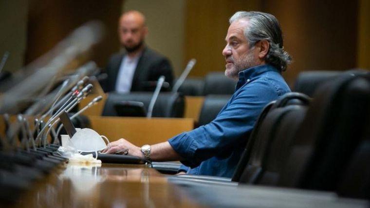 Marcos de Quinto pasa de llamar 'payaso' a Pablo Iglesias a homenajearle en la Comisión de Consumo yendo 'en mangas de camisa'