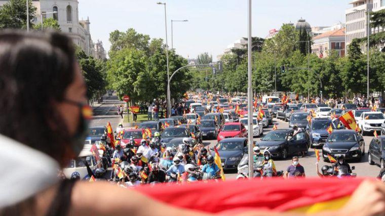 Españoles de todos los partidos se echan a las calles para protestar contra el Gobierno pese a que la convocatoria era de Vox