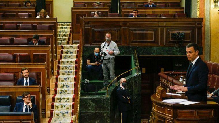 El Sánchez más 'patriótico' y victimista anuncia su 'plan B' tres meses después y se reitera en su error al gritar: '¡Viva el 8-M!'