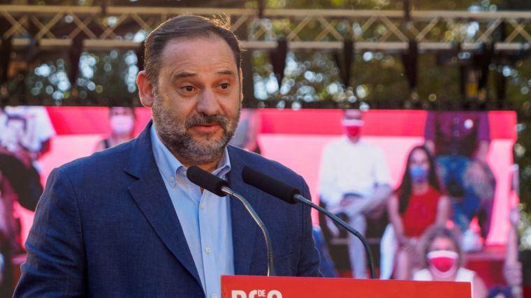 Ábalos acrecenta la crispación en el PP tras la indiscutible victoria del 'independiente' Feijóo