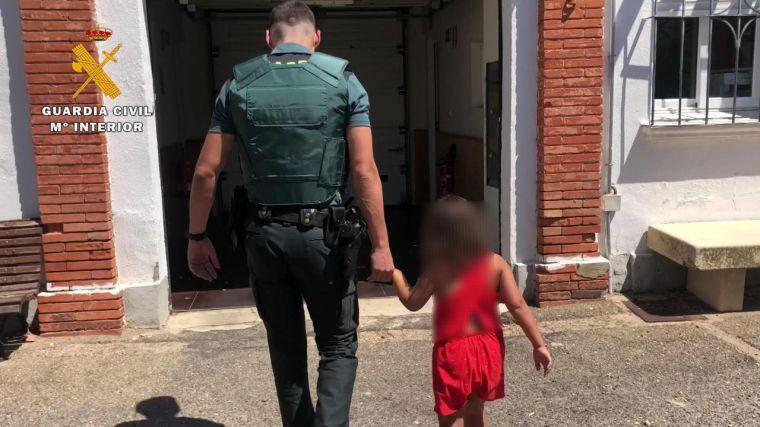 Encuentran a una niña de siete años vagando sola por la calzada en companía de un perro
