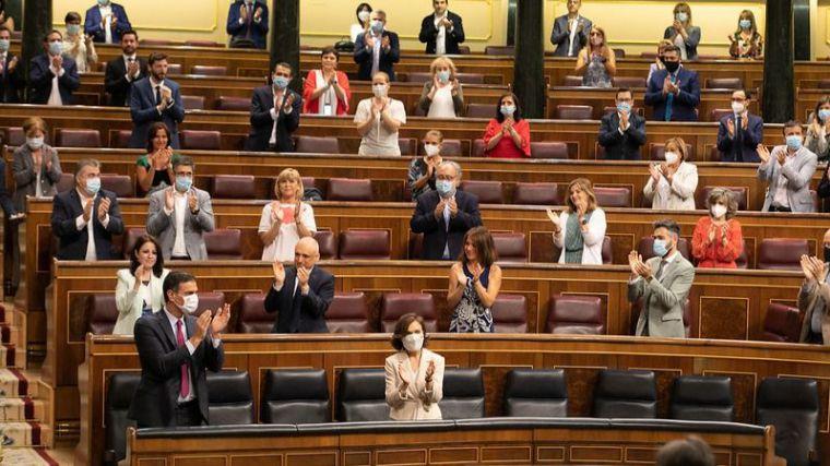 Sánchez sigue en su nube de 'auto-ovaciones' y echa la culpa a Casado de un acuerdo parcial en Europa