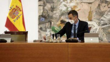 Sánchez oculta su gestión en las limitaciones de las comunidades y les ofrece