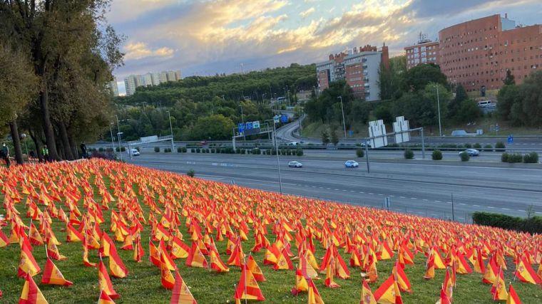53.000 banderas por cada uno de los españoles que se ha llevado la pandemia y que el Gobierno no quiere reconocer