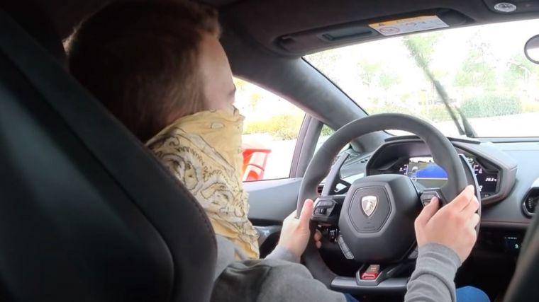 Un youtuber es detenido por grabarse conduciendo a 233 km/h en una vía de servicio limitada