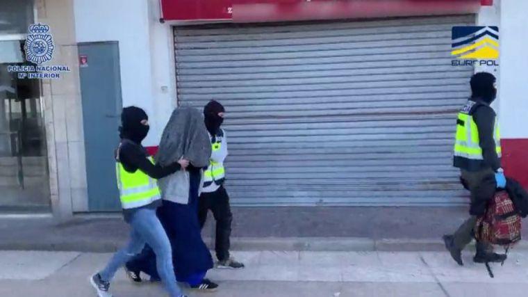 Detienen en Valencia a una joven española que planeaba viajar a Siria para unirse a DAESH
