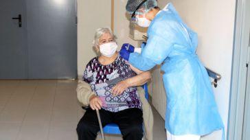 La picaresca de unos sanitarios catalanes que dejaron sin dosis a cinco residentes para vacunar a familiares