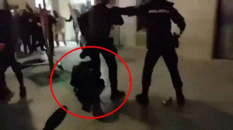 Dos detenidos por moler a palos a una policía durante los disturbios violentos de la semana pasada