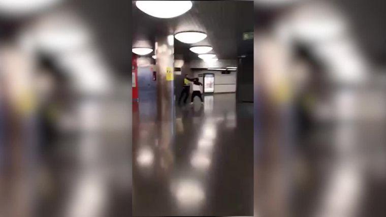 Indignante vídeo viral: Tres individuos se cuelan en el tren y dan una paliza al vigilante