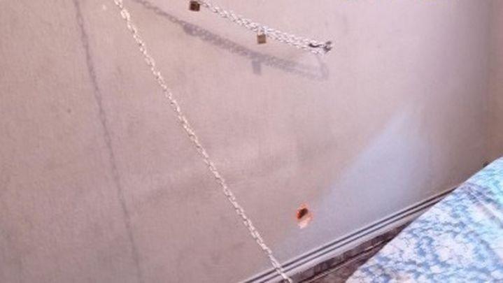 Sucesos: Detenidas tres personas por encadenar a un familiar a la pared de una habitación durante ocho días