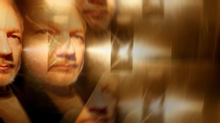 Primera aparición pública de un 'confundido' Assange en meses