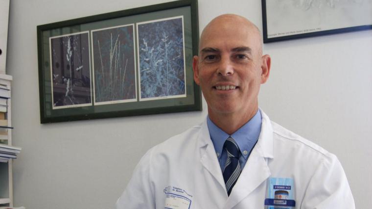 Otro médico decente denuncia que la vacuna es 'un experimento genético con humanos'
