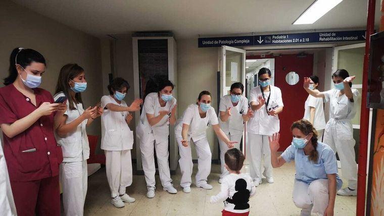 En plena epidemia, el pequeño Víctor recibe el alta tras seis trasplantes