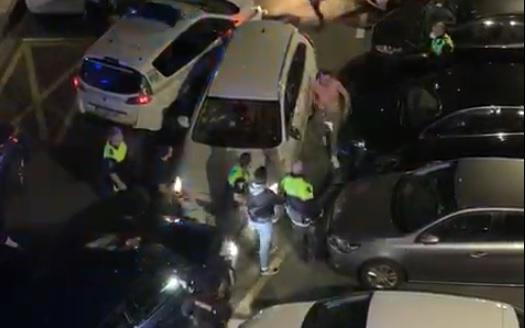 Un conductor enloquecido embiste a un coche policial y a varios aparcados en Rentería