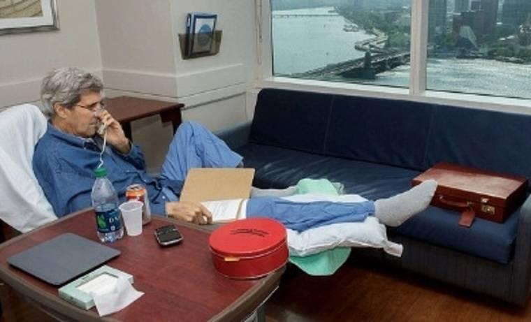 Kerry se fotografía en el hospital por las presiones de la prensa