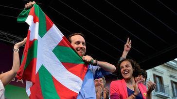 Escrache de banderas de España a Pablo Iglesias